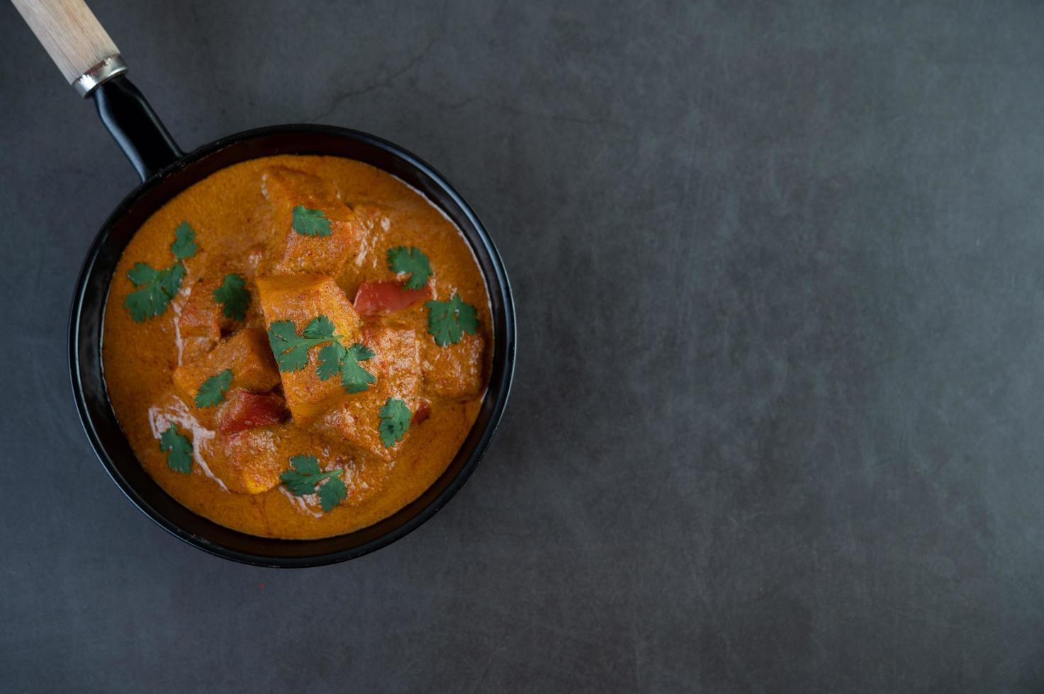 curry fresco di massaman in una padella antiaderente foto