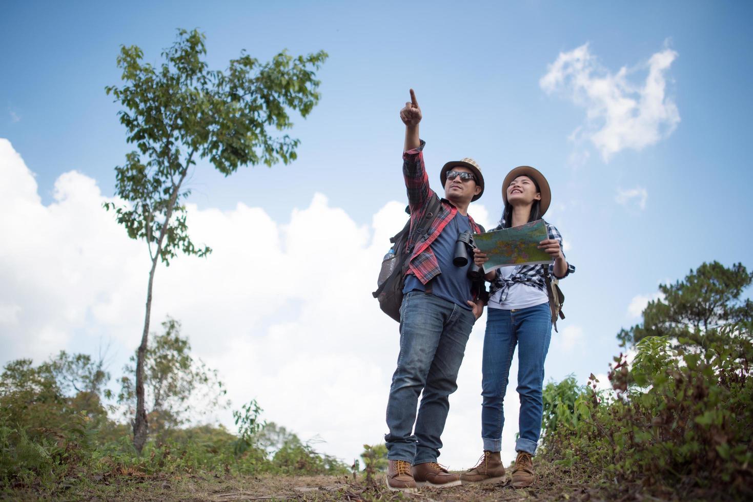 due giovani viaggiatori con zaini nella giungla verde foto