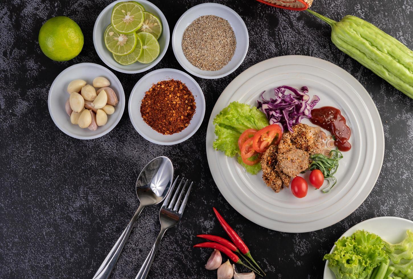 insalata di maiale placcata con galanga, pepe, pomodoro, limone e lime foto