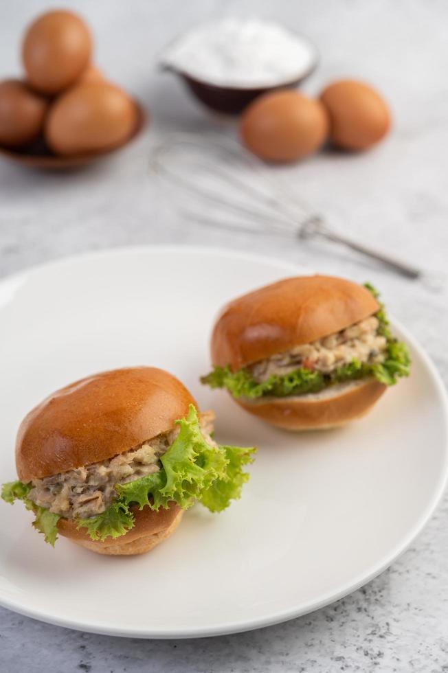 insalata di tonno con pane e lattuga foto