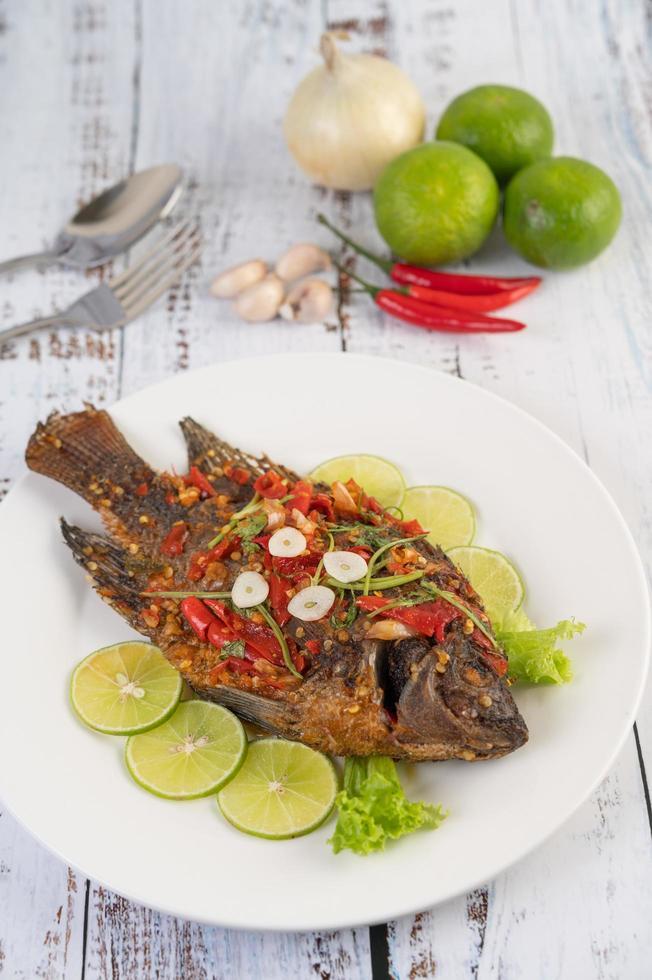 tilapia intera fritta con salsa al peperoncino foto