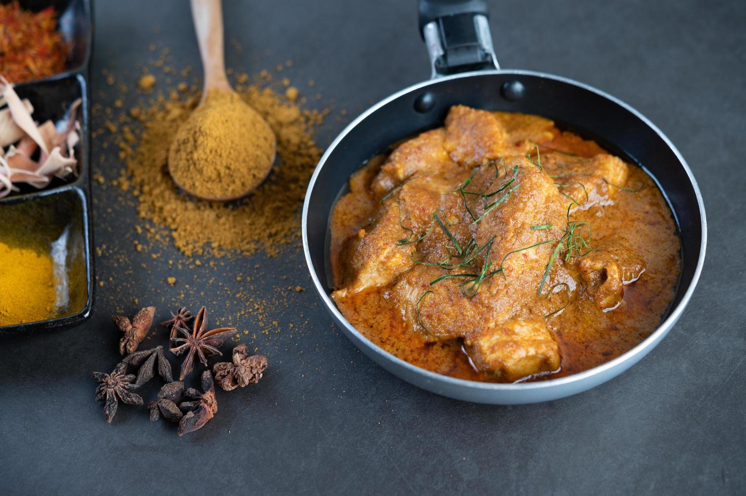Massaman thai curry con spezie foto