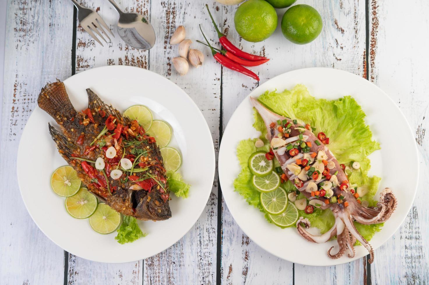 tilapia fritta con salsa chili e calamari foto
