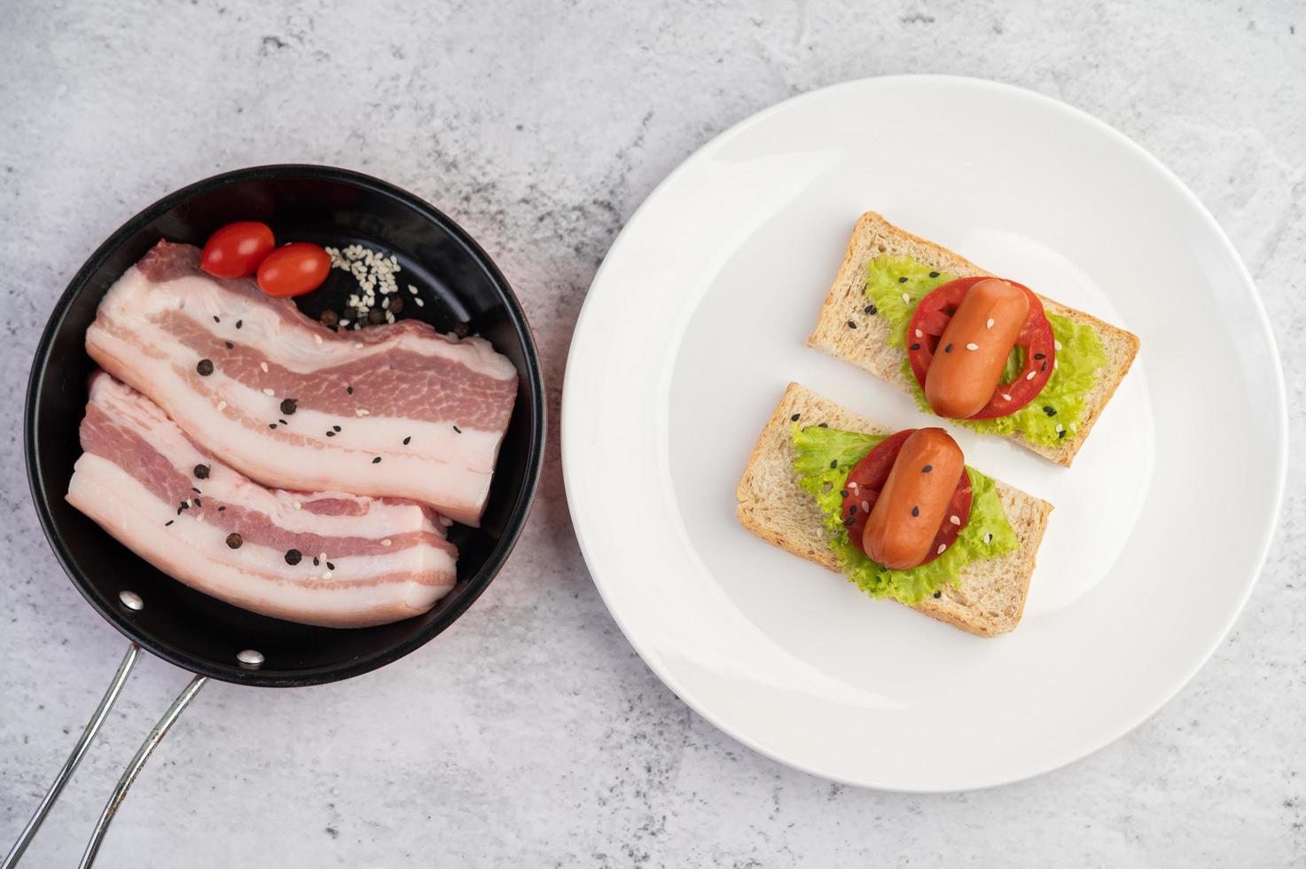 pancetta di maiale in padella con semi di pepe, pomodori e spezie foto