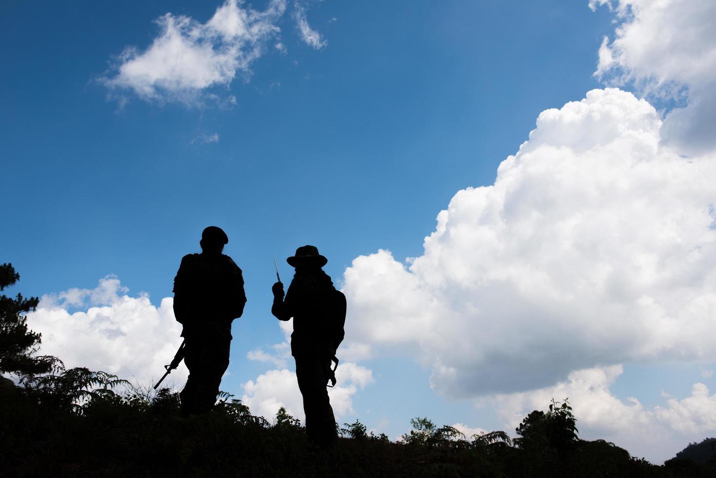 sagome militari di soldati con armi pronte foto