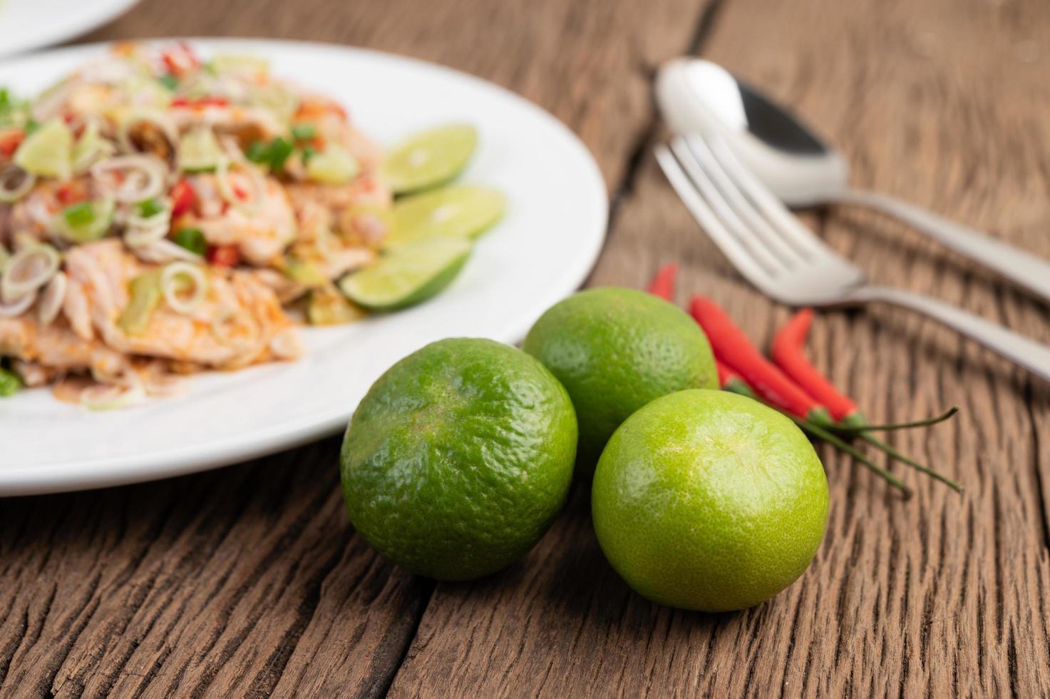 insalata di maiale piccante con galanga, limone, peperoncino e aglio foto