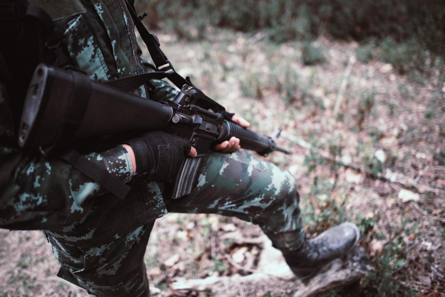 soldato pronto con l'arma foto