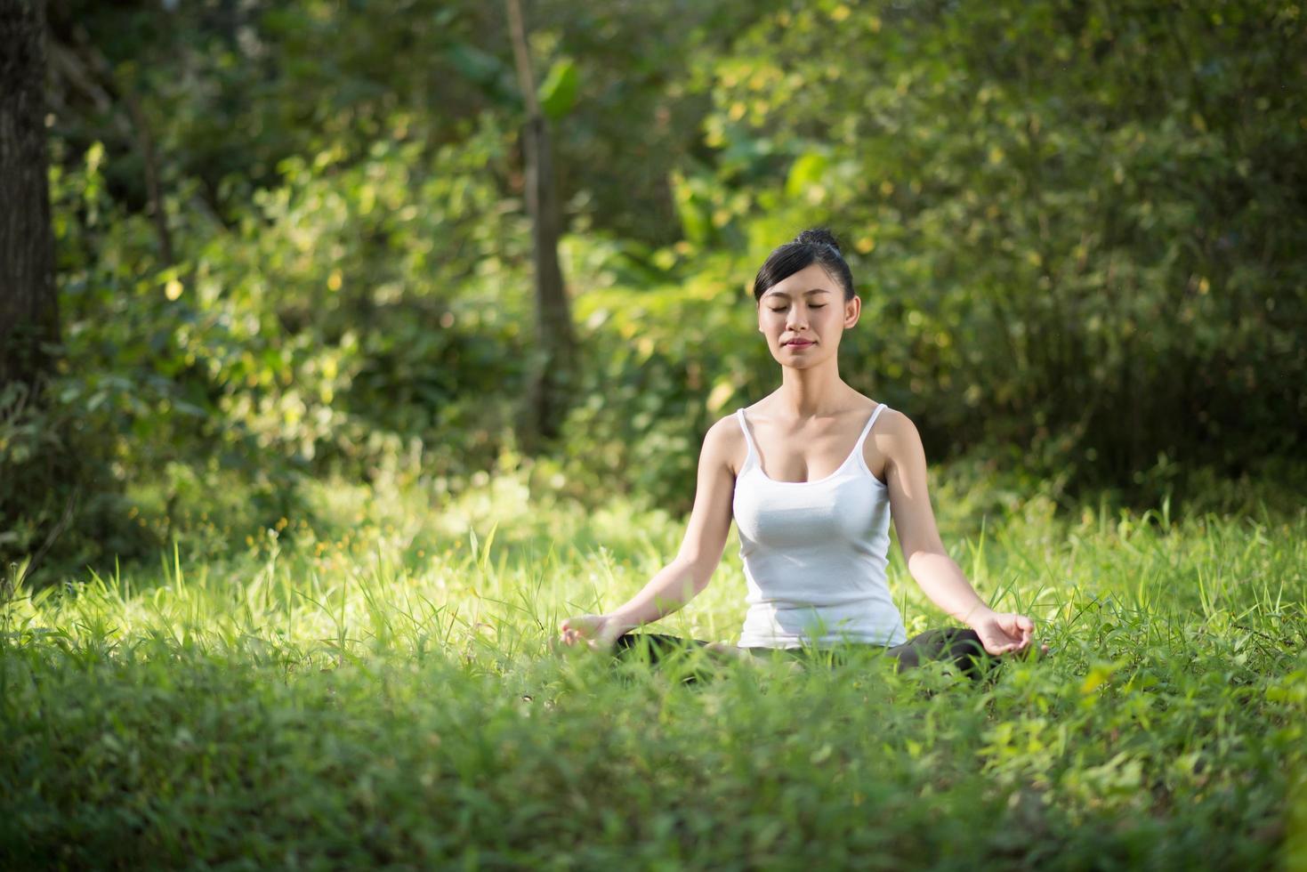 donna in posa yoga all'aperto nella natura foto