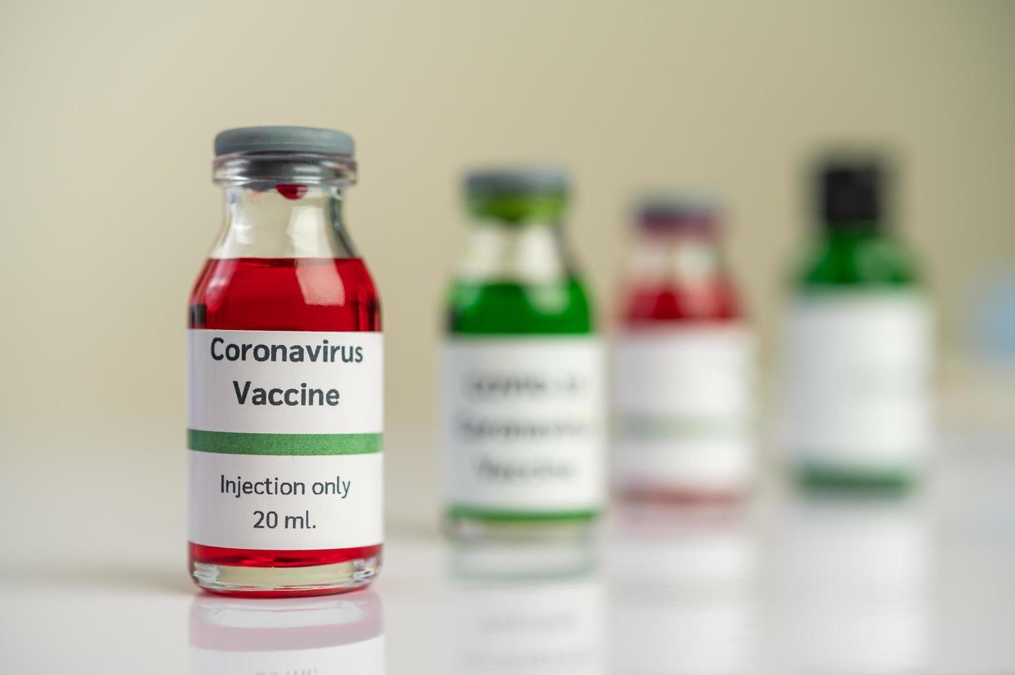 il vaccino contro il covid-19 in bottiglie rosse e verdi foto