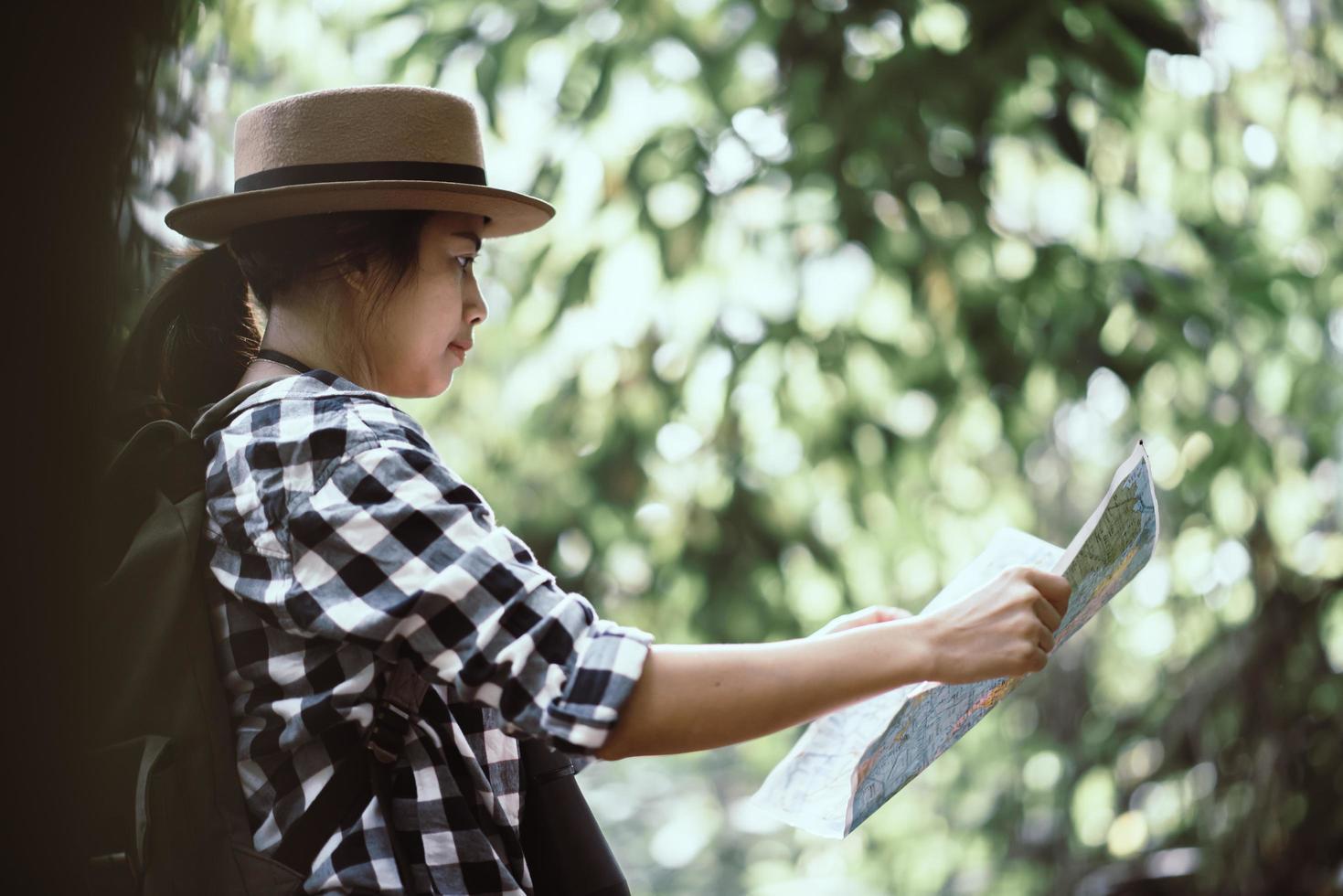 felice avventurosa giovane donna guardando la fauna selvatica con il binocolo in natura foto