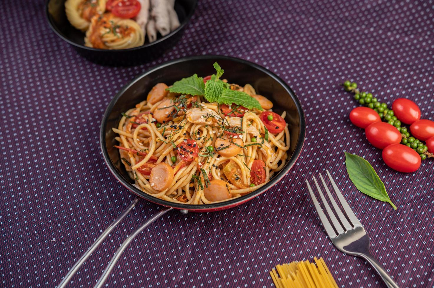 spaghetti speziati in padella foto