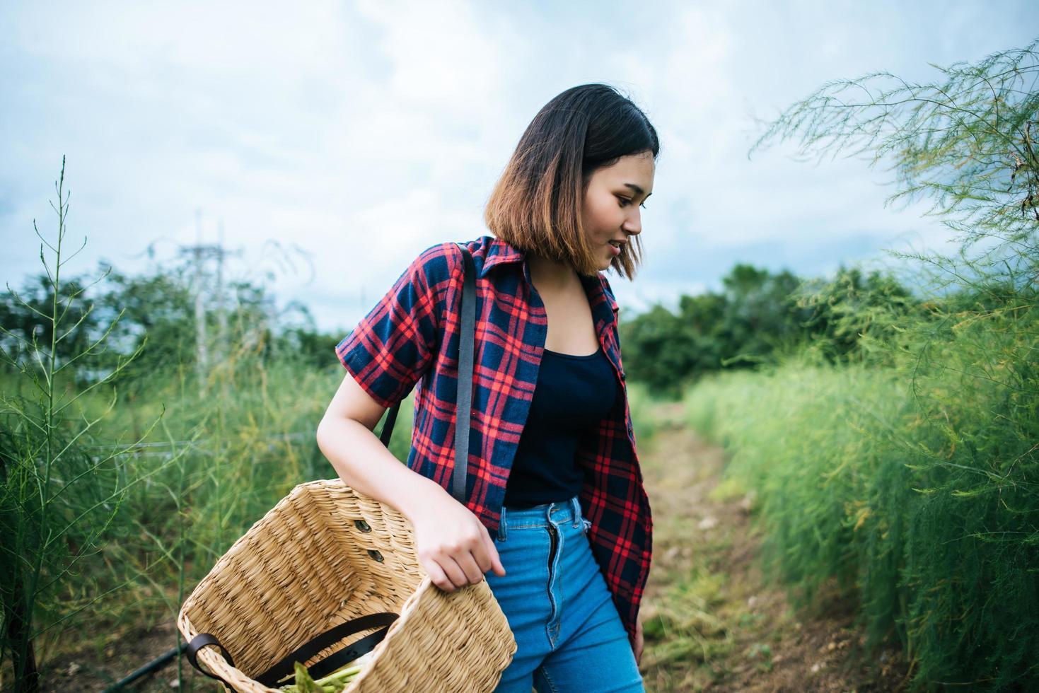 giovane agricoltore che raccoglie asparagi freschi foto