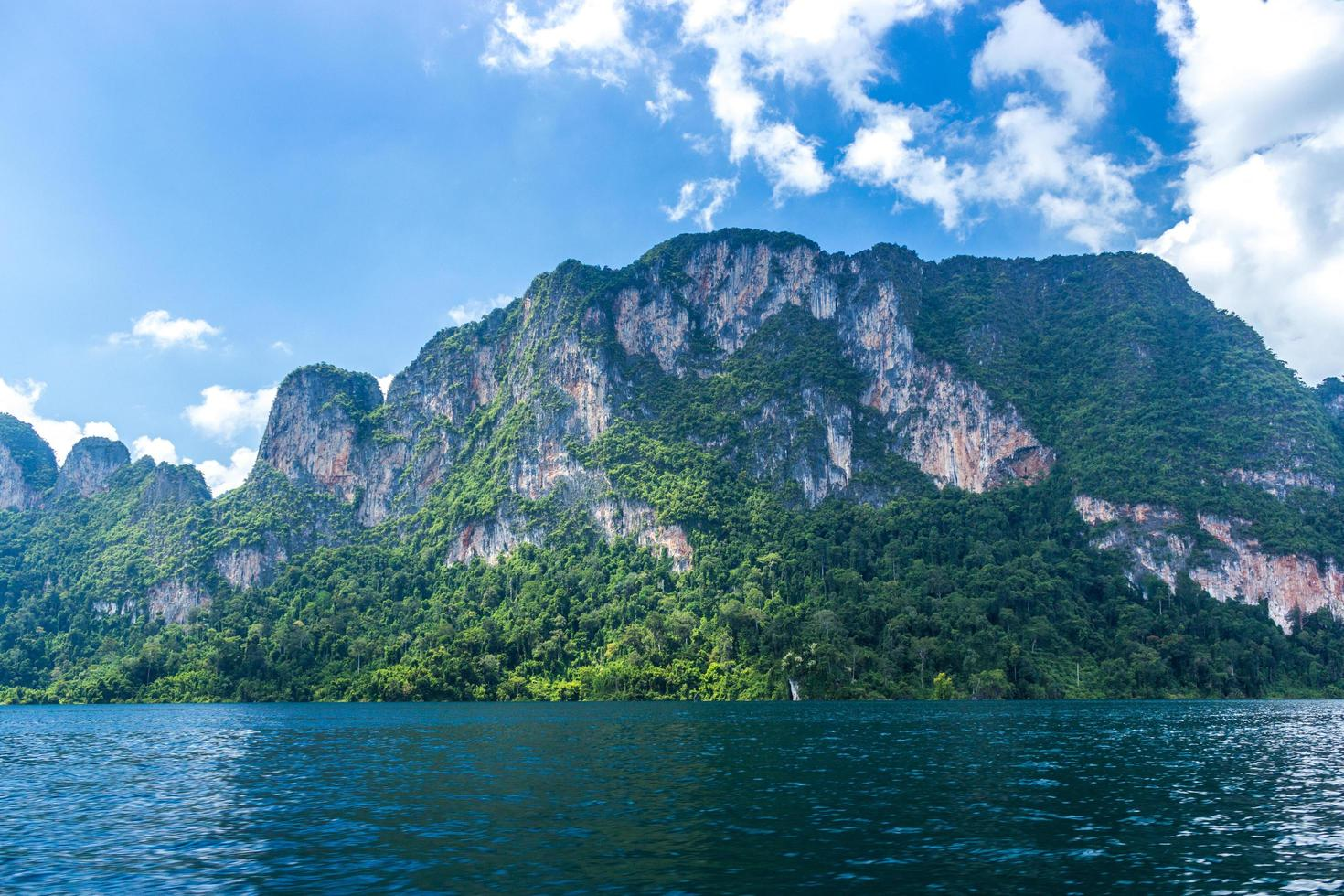 montagne e acqua con cielo blu nuvoloso foto