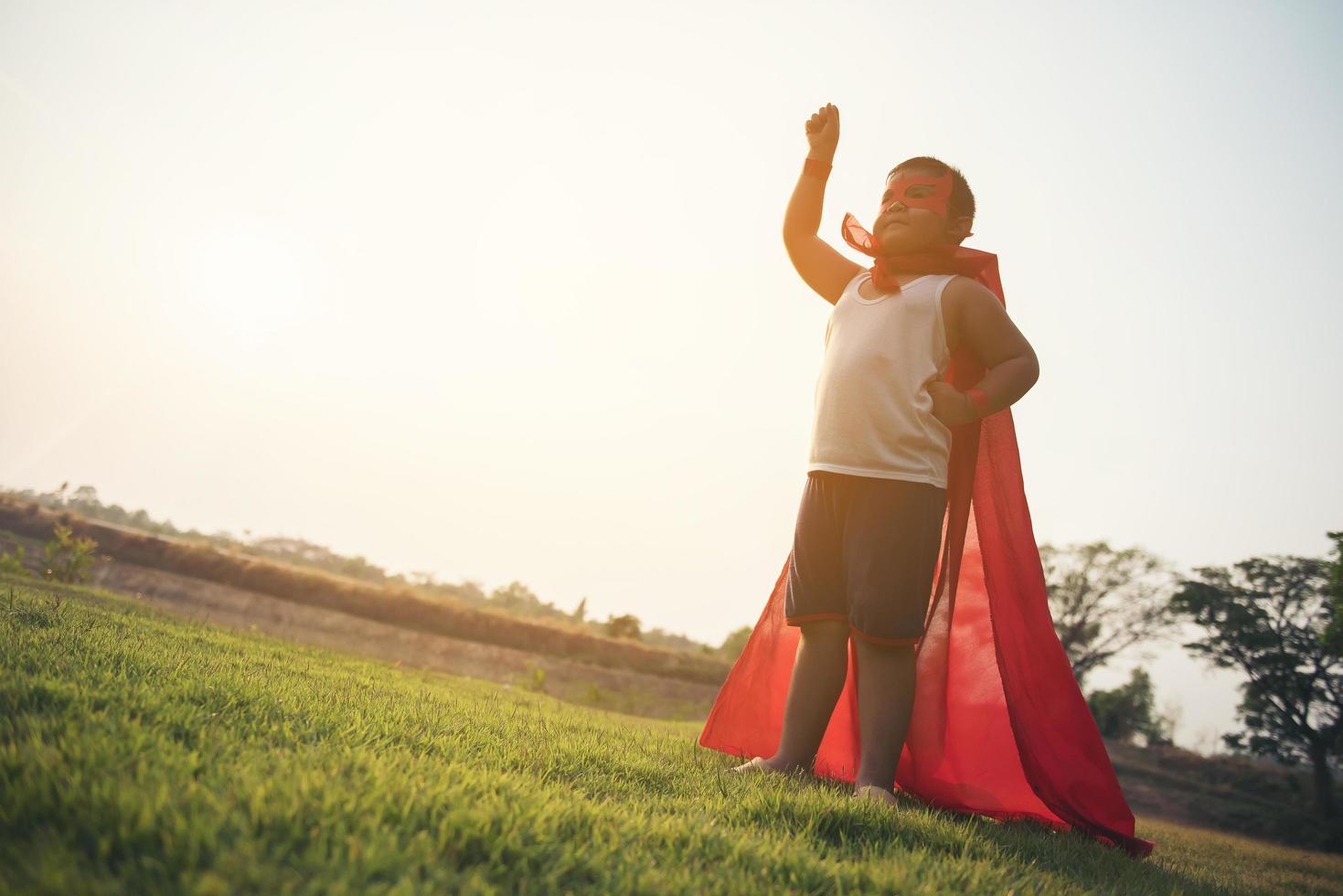 super ragazzo sta per mostrare super poteri foto