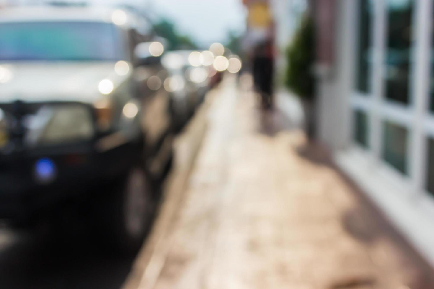 marciapiede sfocato e automobili foto