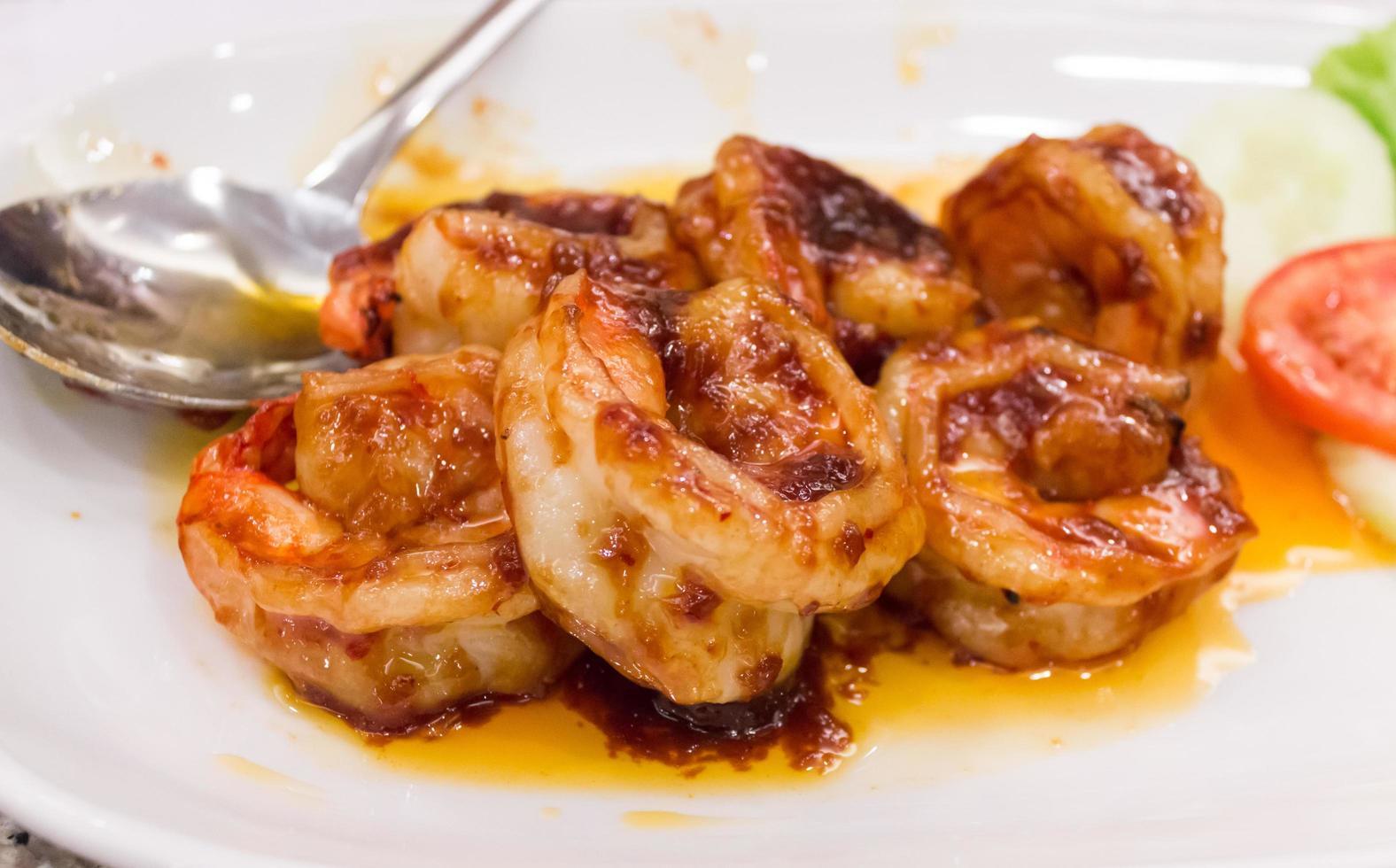 gamberetti in salsa al curry sulla piastra bianca foto