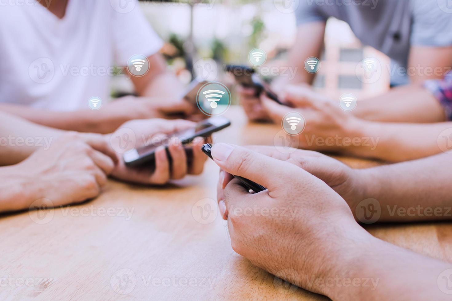 gruppo di persone che utilizzano il wifi foto