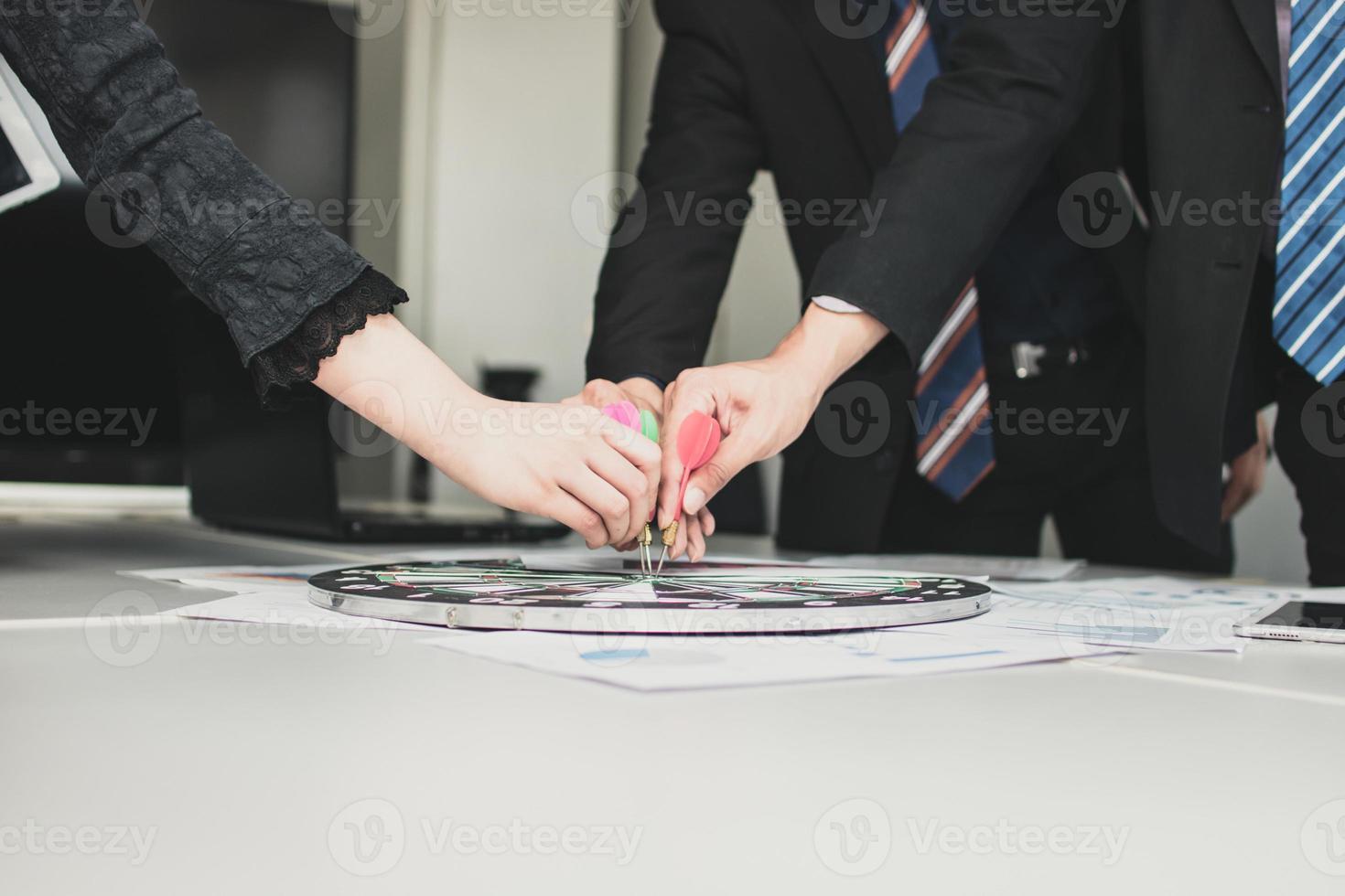 business team utilizzando un bersaglio per le freccette foto