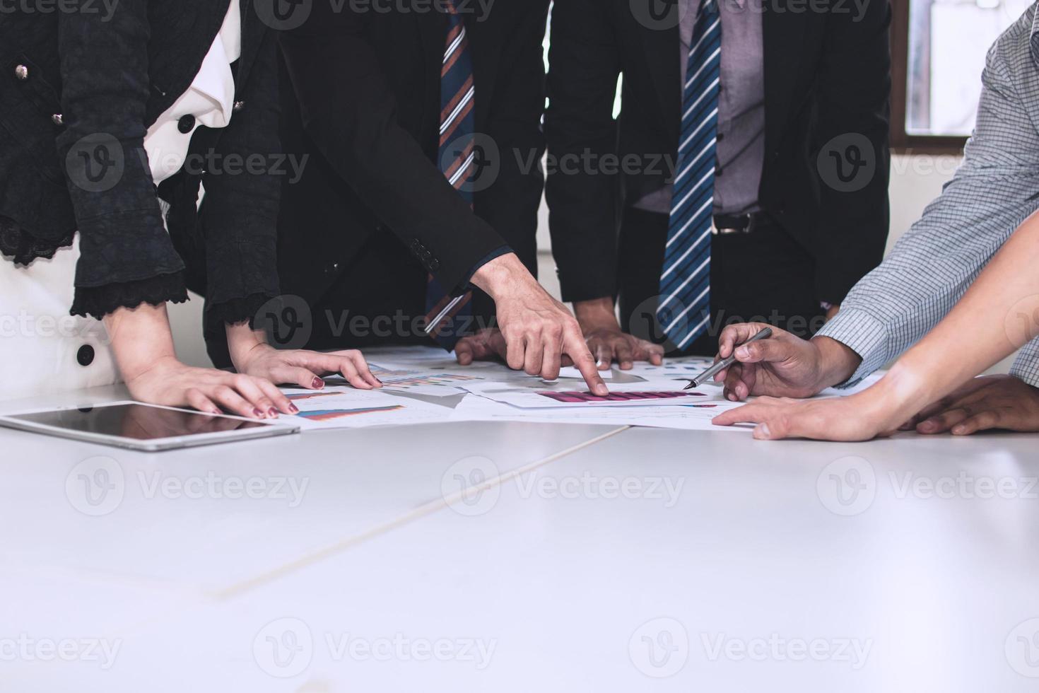 brainstorming della squadra di affari con i grafici foto
