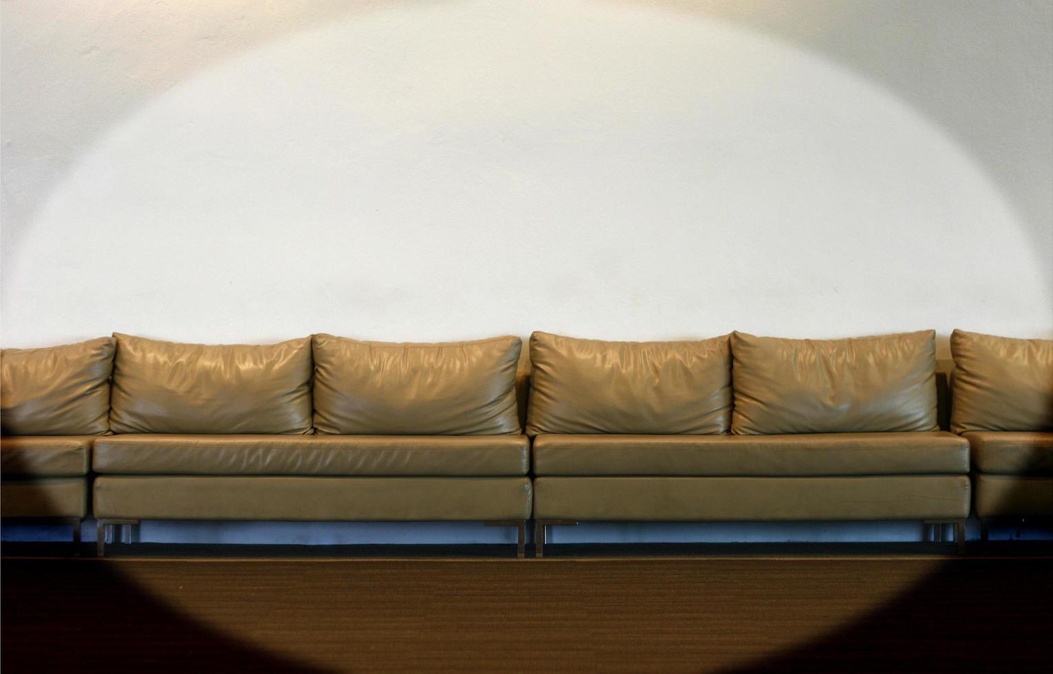 divano sul muro bianco foto