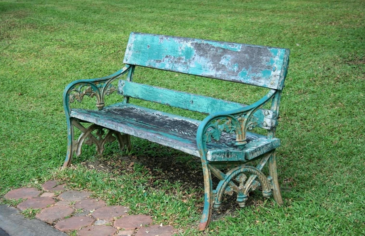 panchina blu nel parco foto