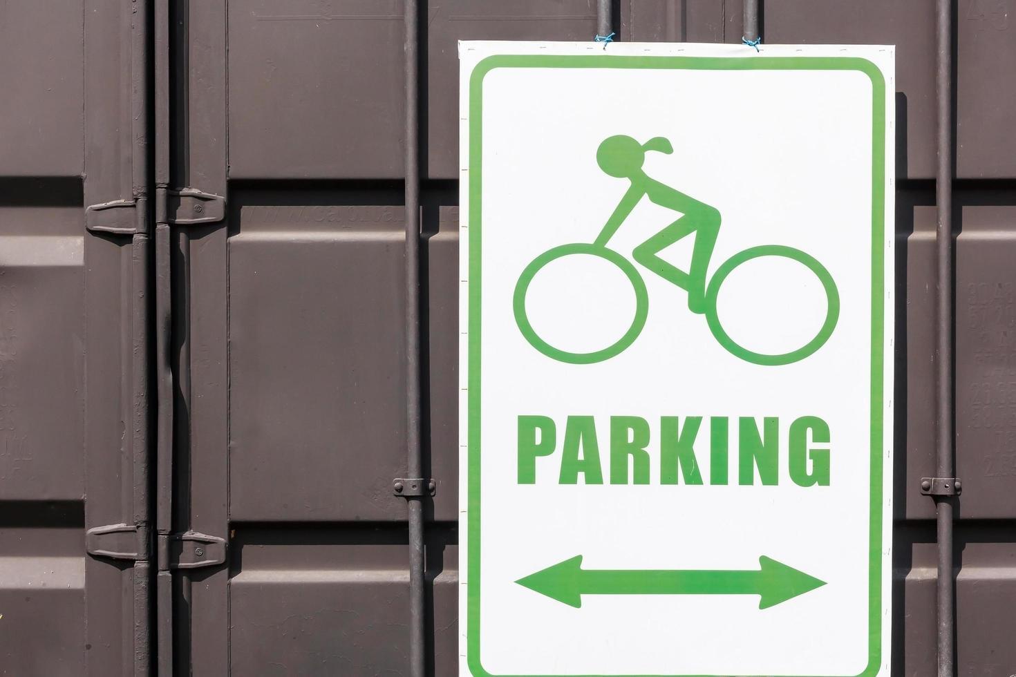 segno di parcheggio per biciclette nel parco pubblico foto
