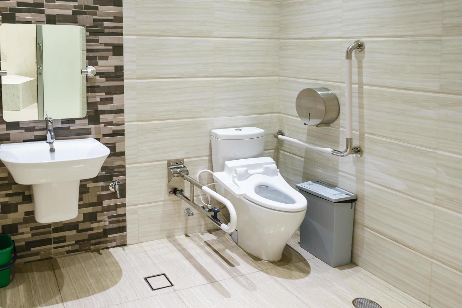interno del bagno per disabili o anziani. corrimano per disabili e anziani in bagno foto