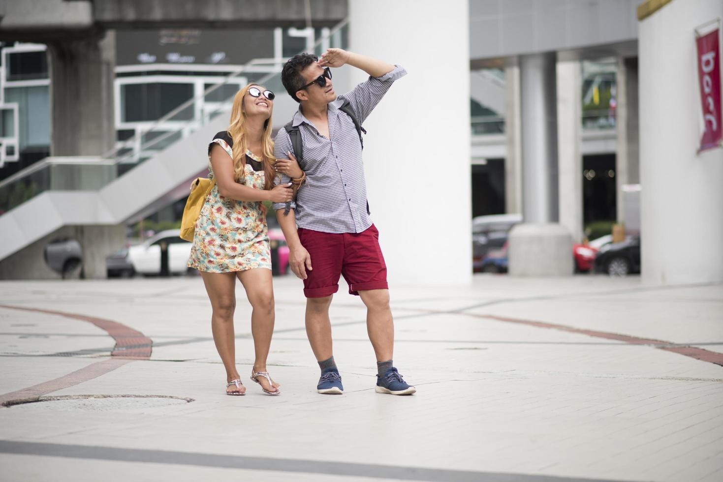 coppia felice innamorato che cammina insieme in città foto