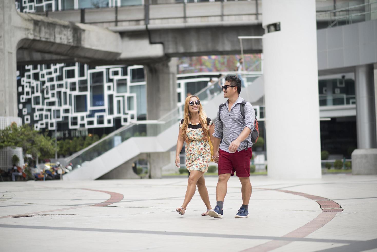 coppia felice innamorata che cammina per strada foto