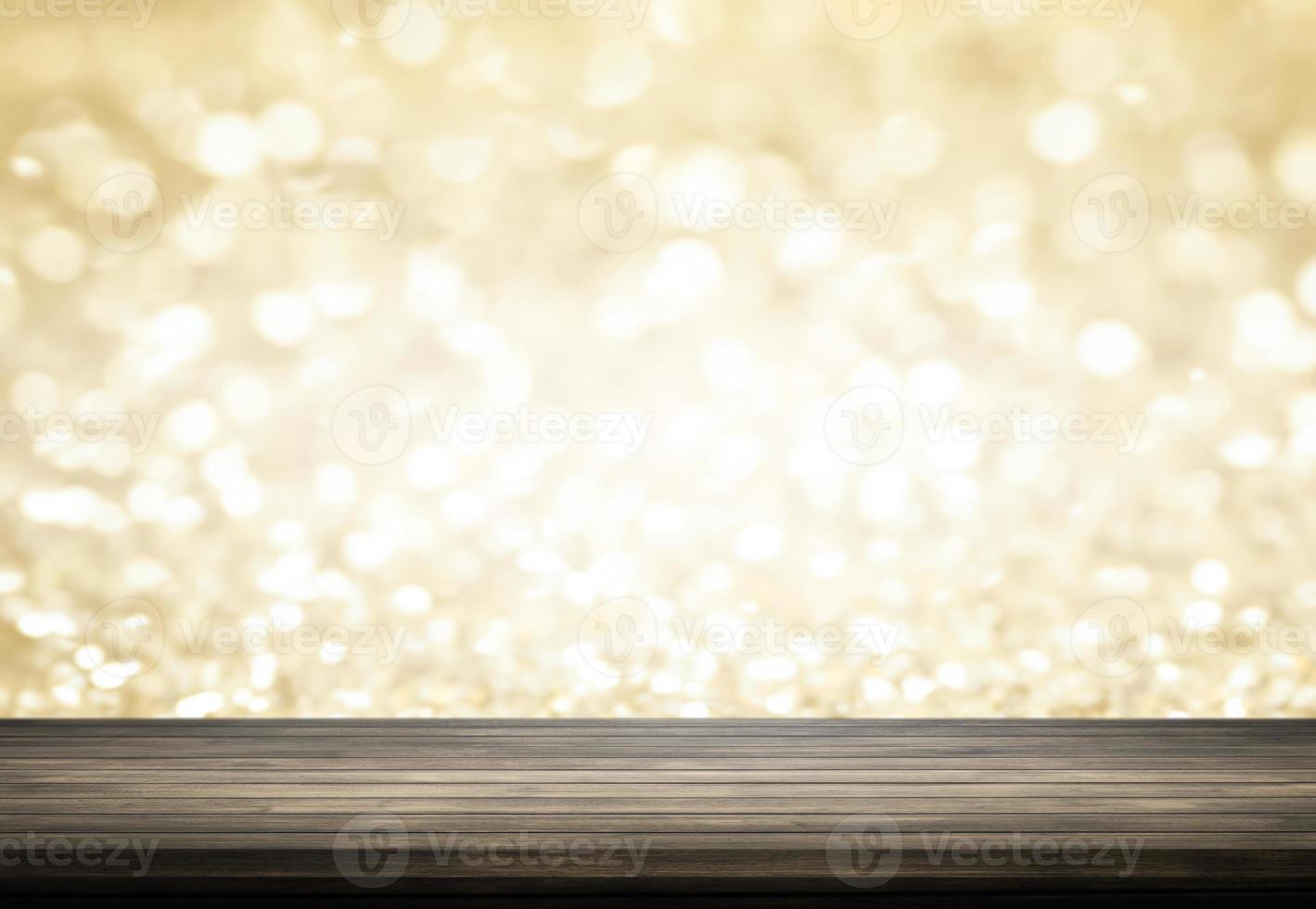 tavolo in legno con sfondo bokeh glitter oro foto