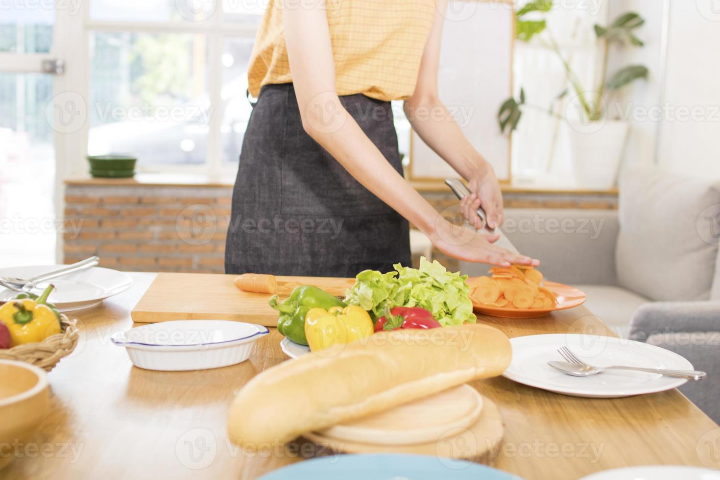 persona che prepara la cena in cucina foto
