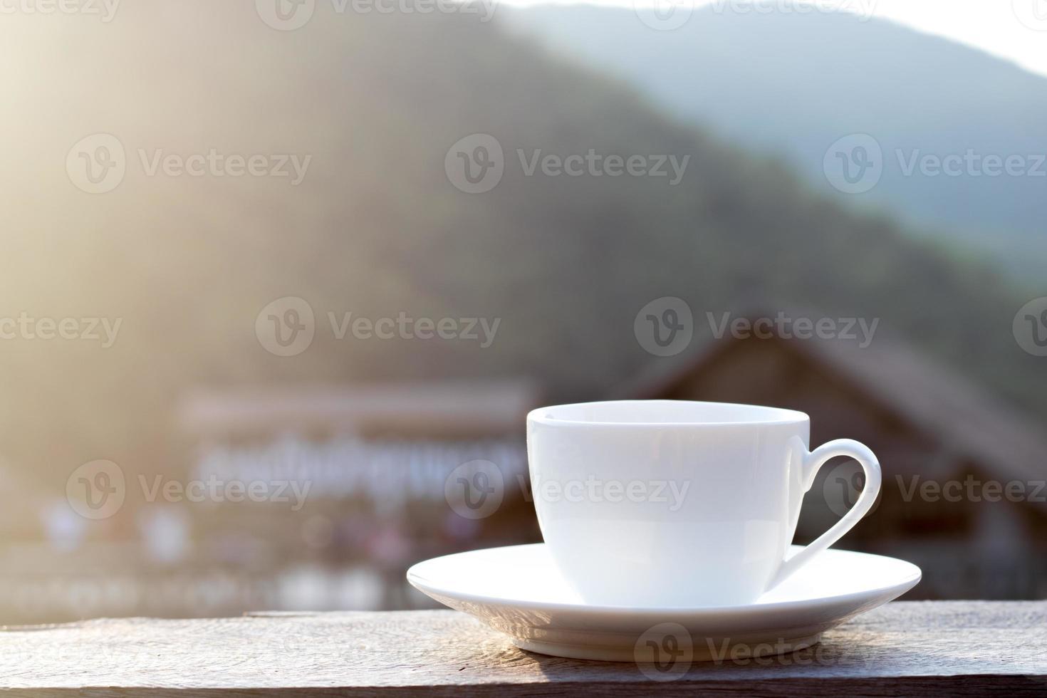 tazza bianca con bellissimo sfondo foto