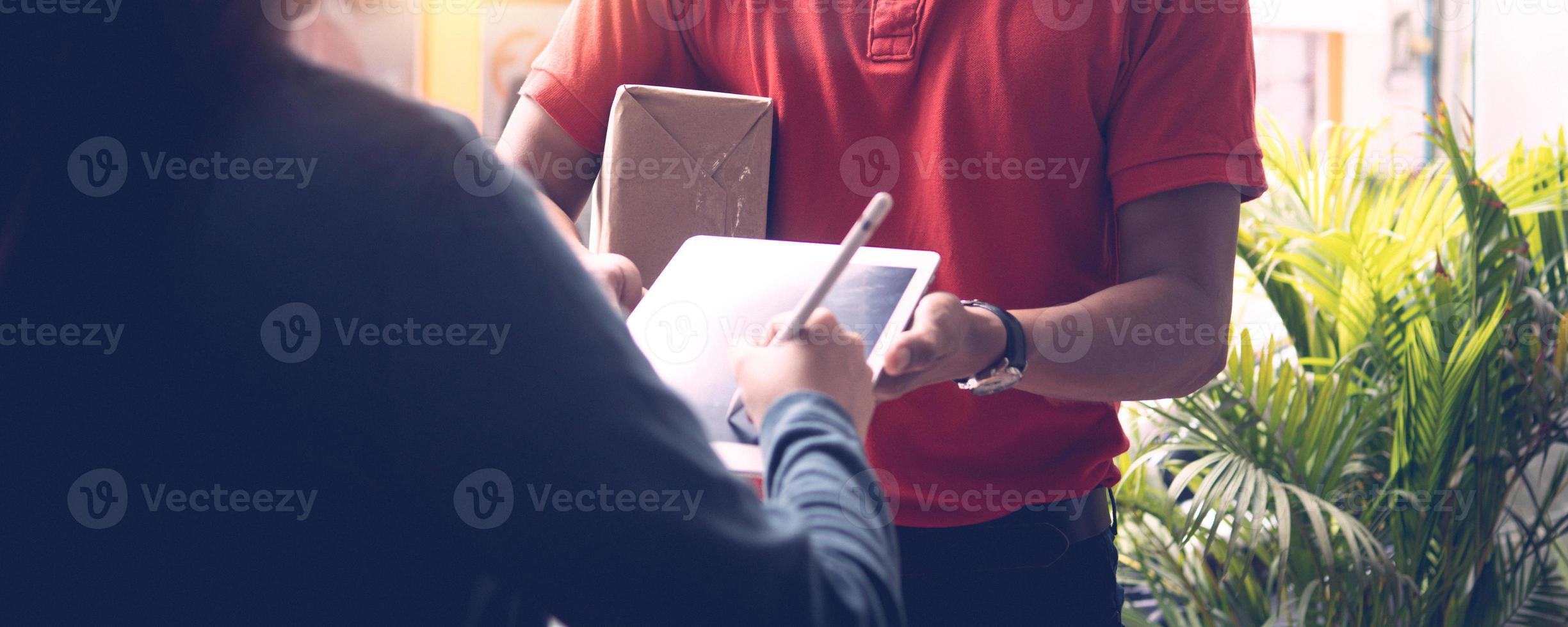 firmando per un pacchetto foto