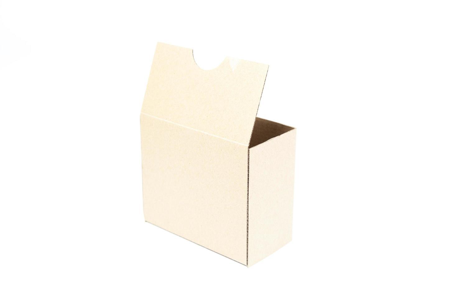 scatola di carta beige su sfondo bianco foto