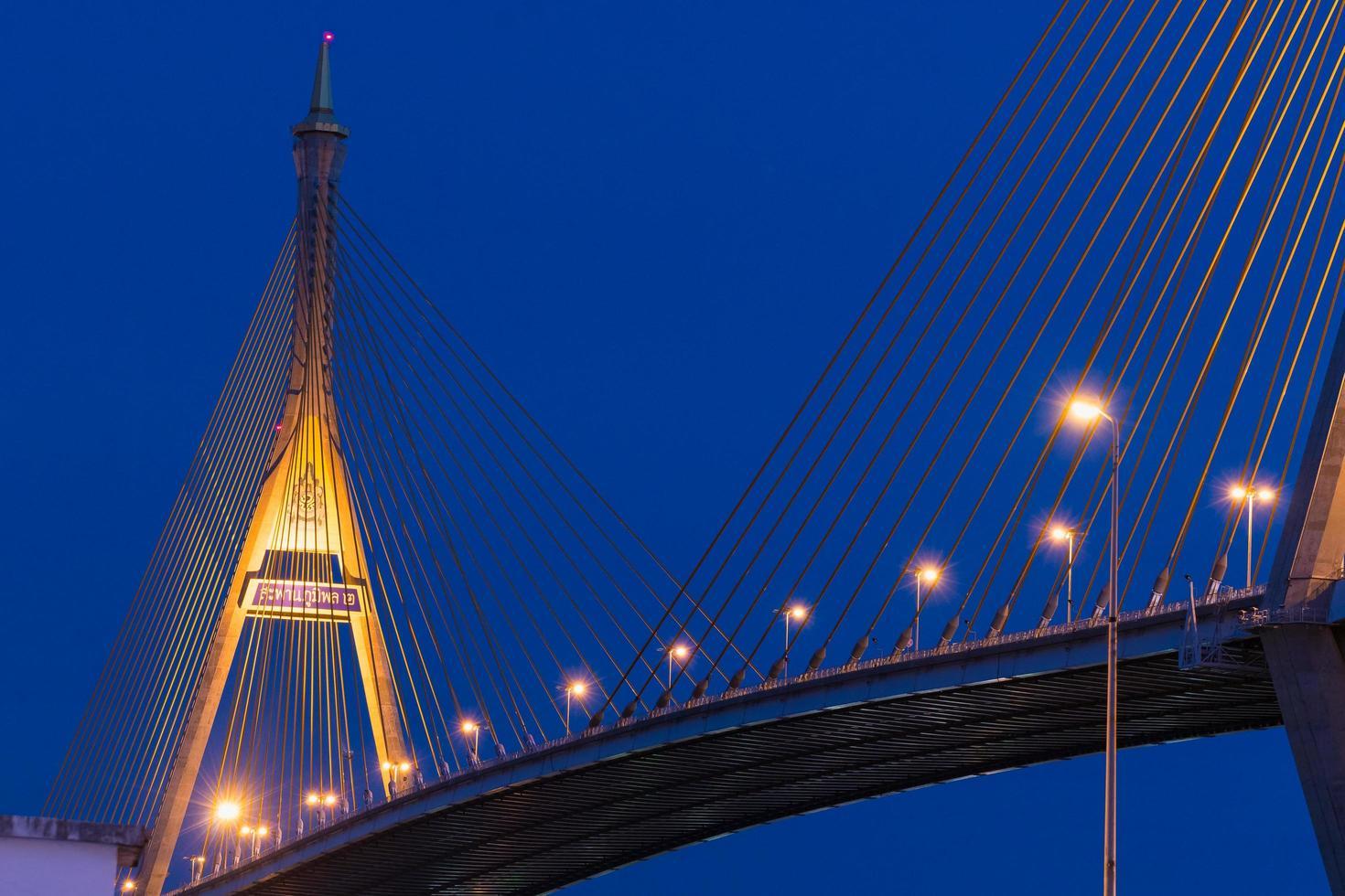 Bhumibol Bridge a Bangkok di notte foto