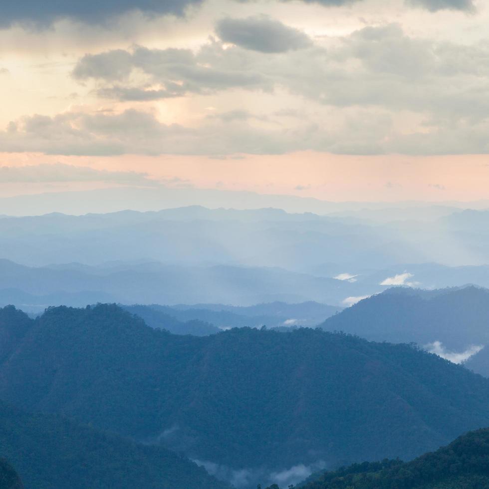 montagne coperte di nebbia in thailandia foto