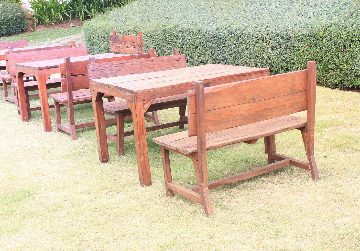 sedie e tavoli all'esterno foto