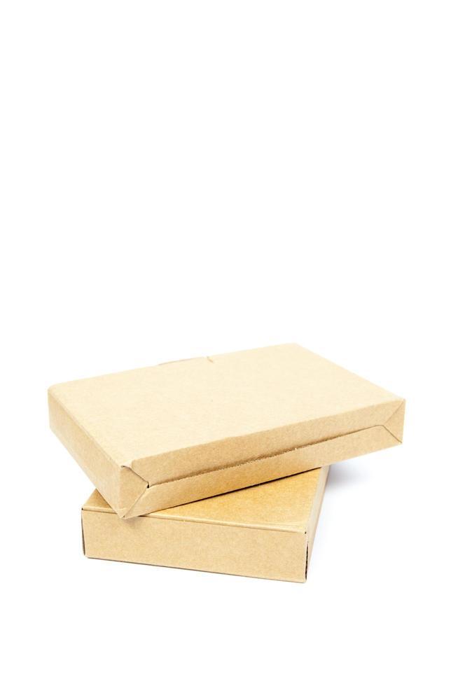 scatole marroni su sfondo bianco foto