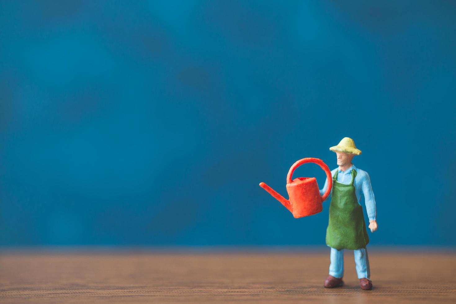 figura in miniatura di un giardiniere foto
