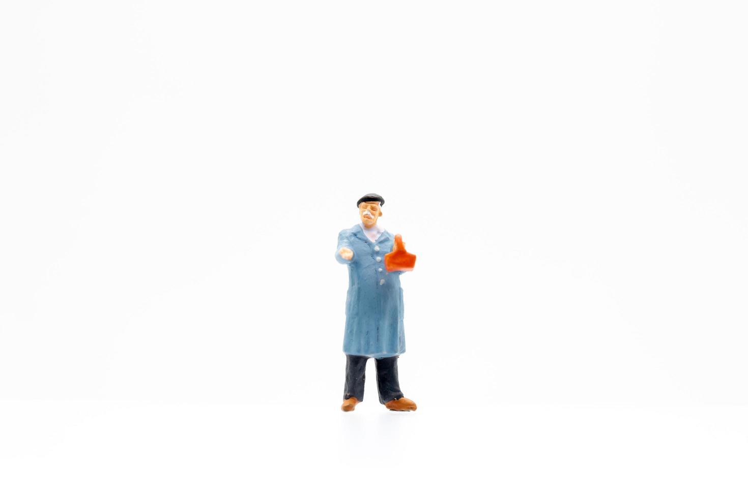 uomo in miniatura su sfondo bianco foto