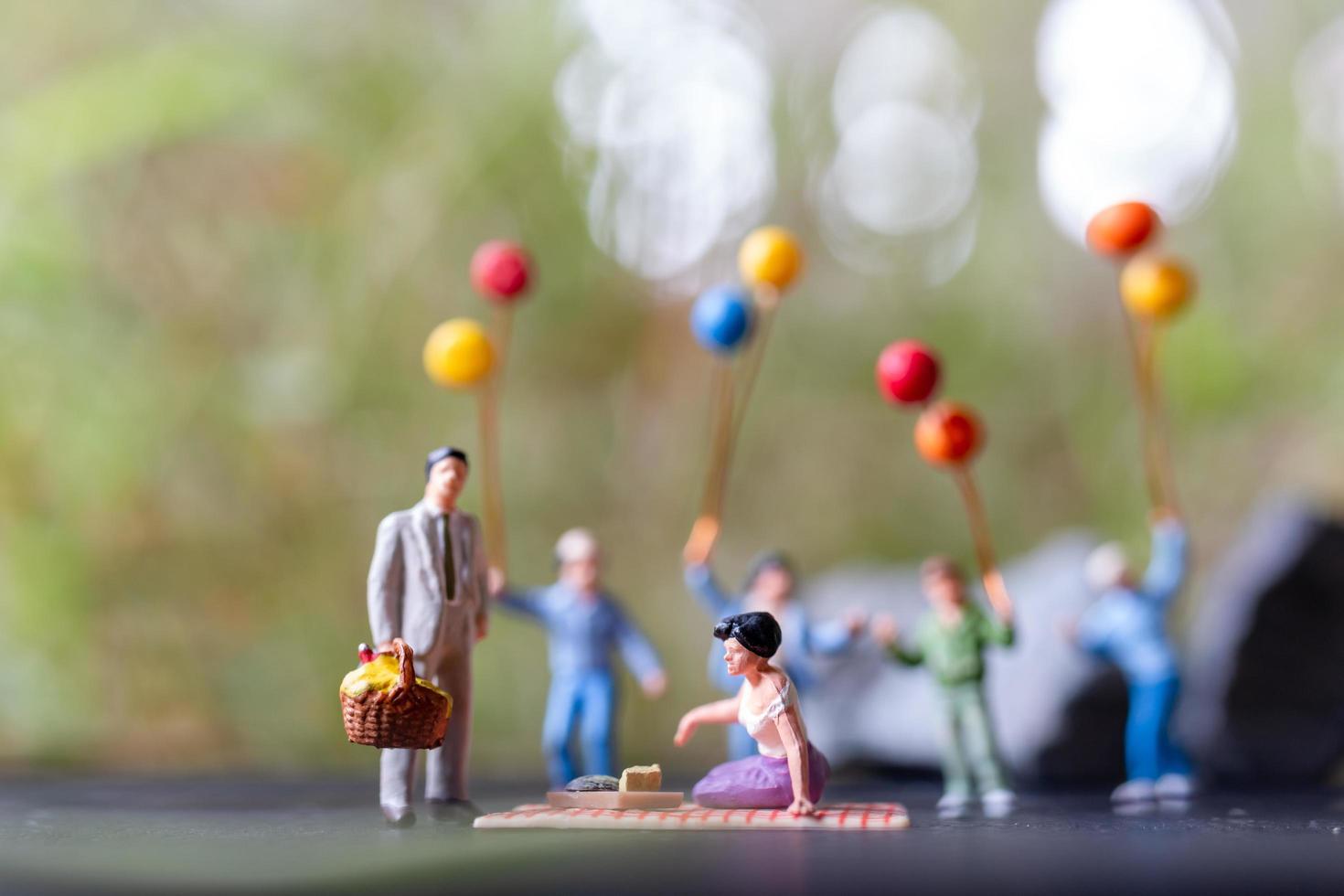 figurine in miniatura a un picnic nel parco foto
