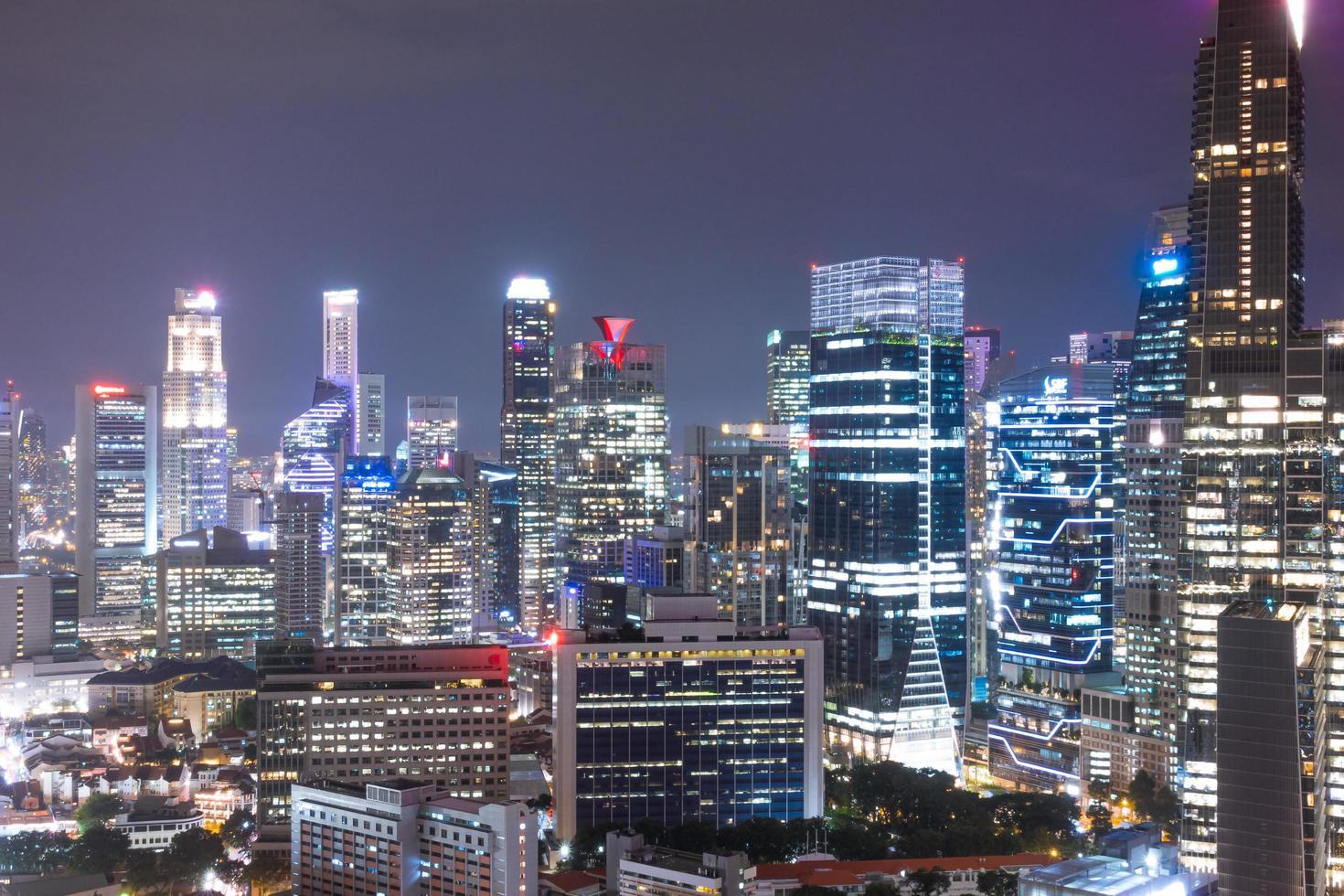 edifici della città di singapore di notte foto