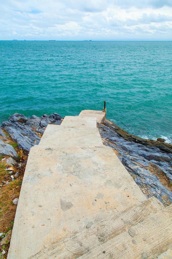 passerella che porta al mare foto