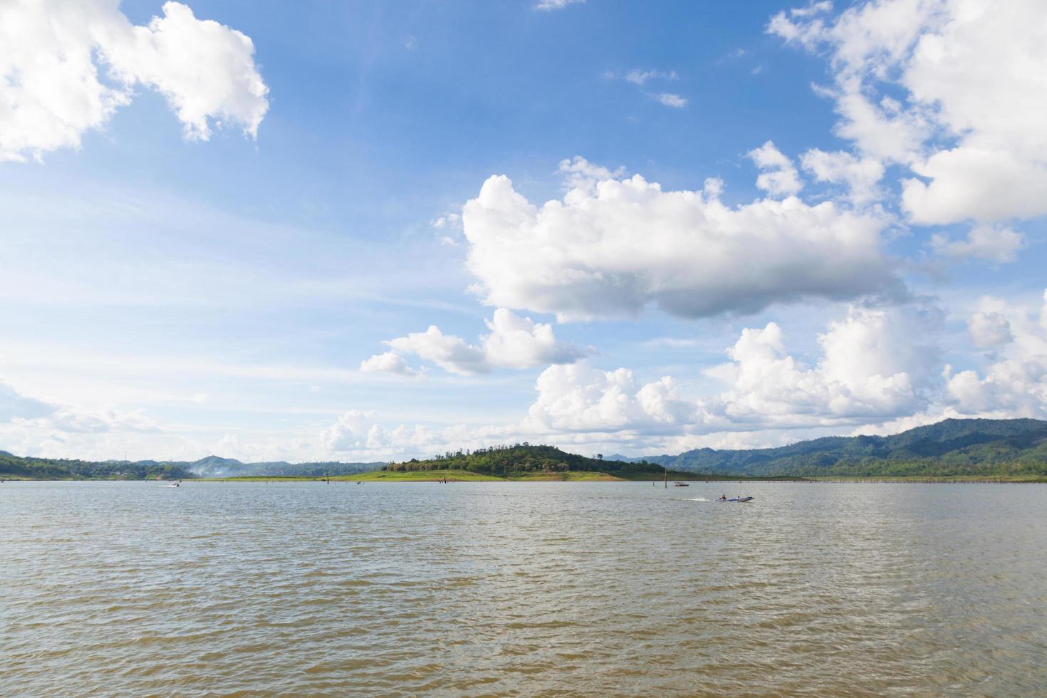 serbatoio e montagne in Thailandia foto