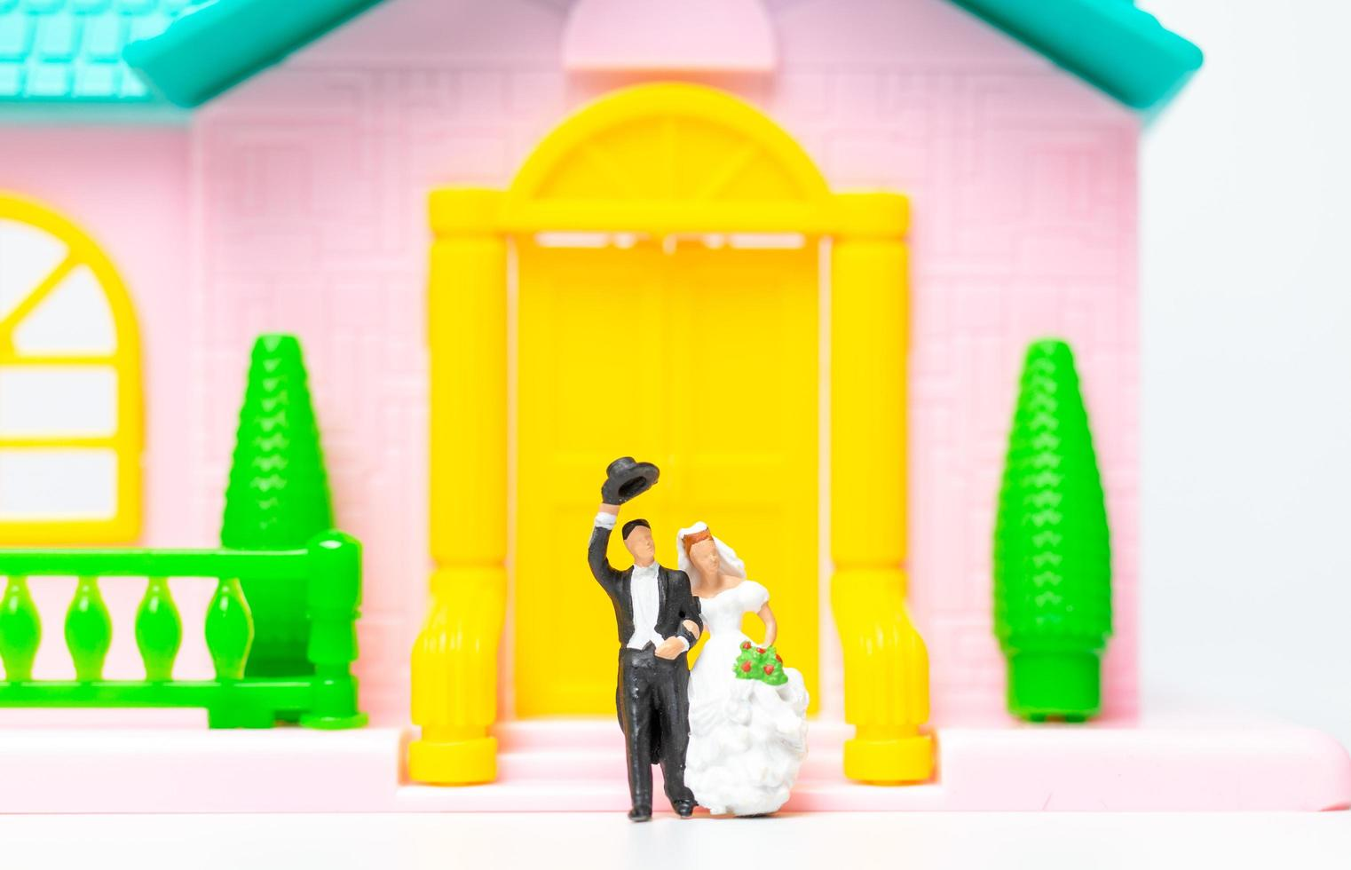 statuine in miniatura di una coppia di sposi foto