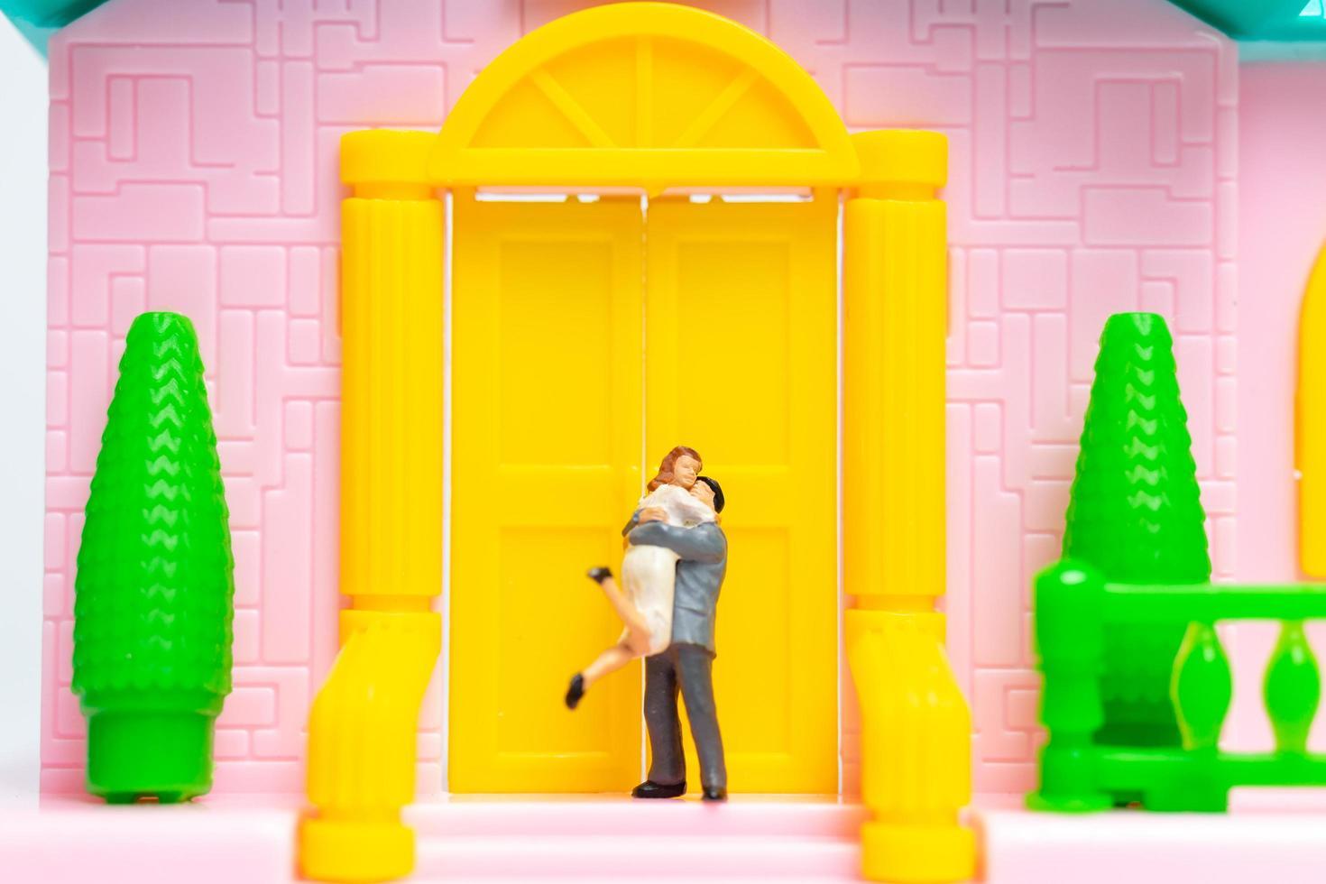 due persone sposate in miniatura che si abbracciano foto