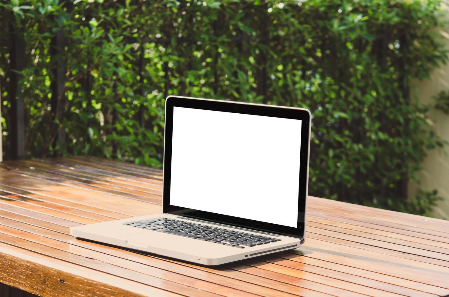 schermo del computer vuoto sulla scrivania all'aperto foto