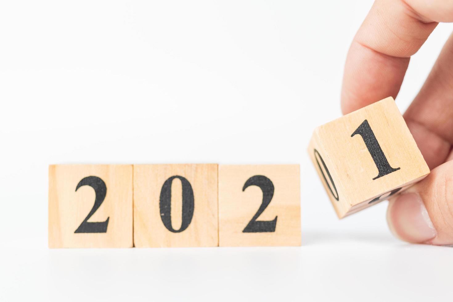 cubo di legno che gira a mano con il numero dal 2020 al 2021 foto