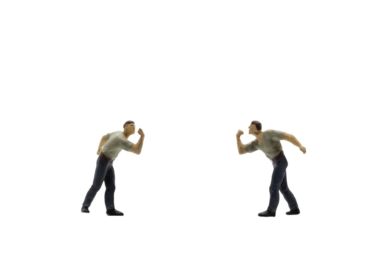 statuetta in miniatura di due uomini che combattono foto