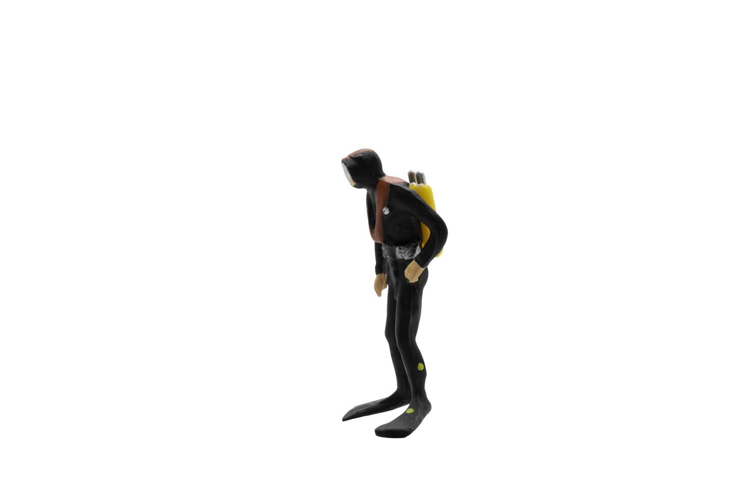 statuetta in miniatura di un subacqueo isolato su sfondo bianco foto